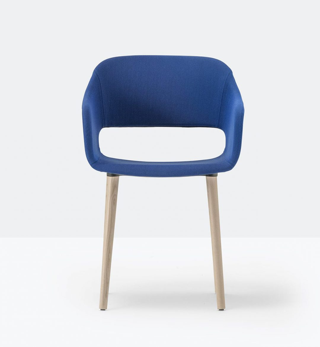 silla azul con patas de madera de pedrali