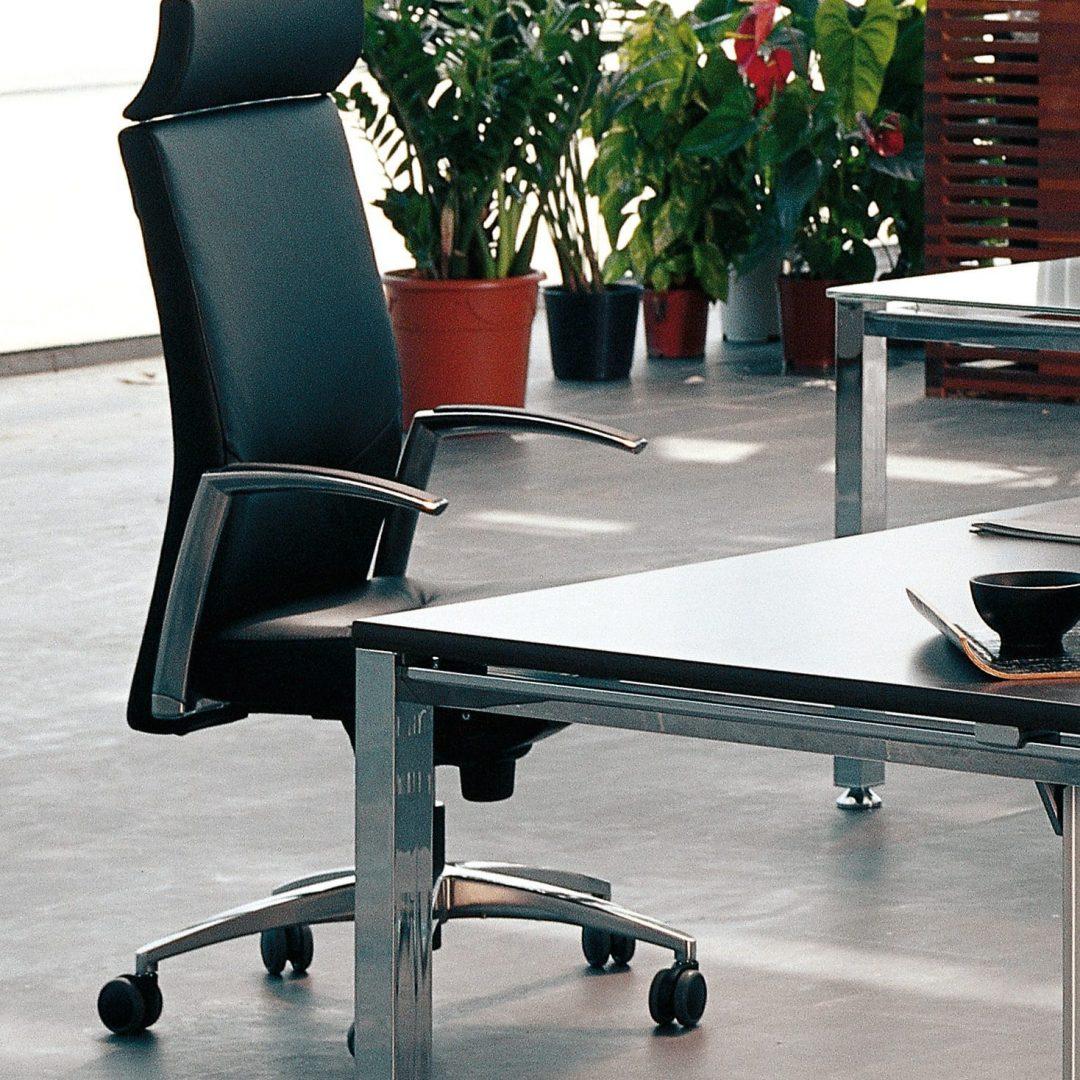 sillón respaldo alto con base y brazos de aluminio