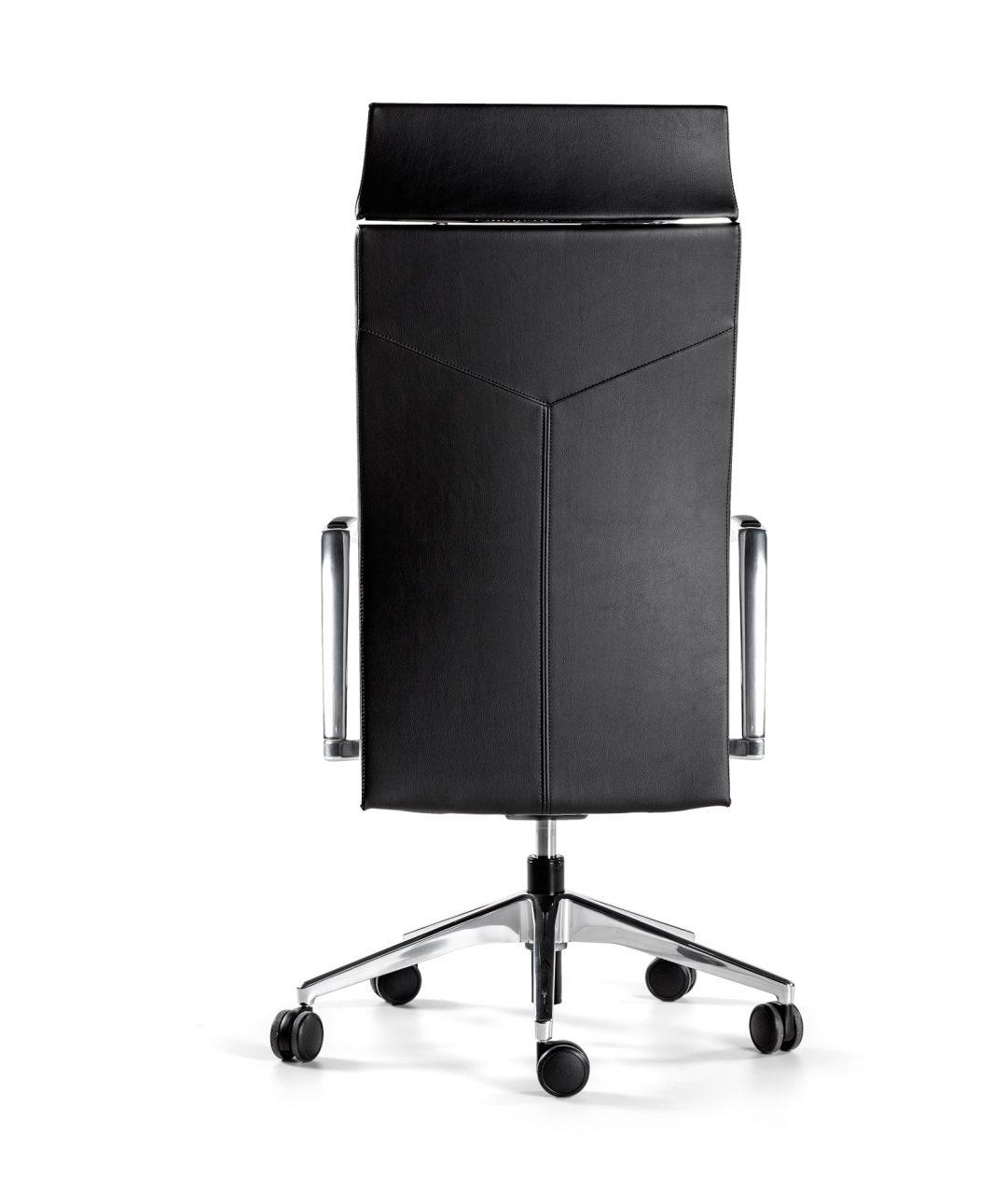 silla negra con respaldo alto brazos y base de aluminio