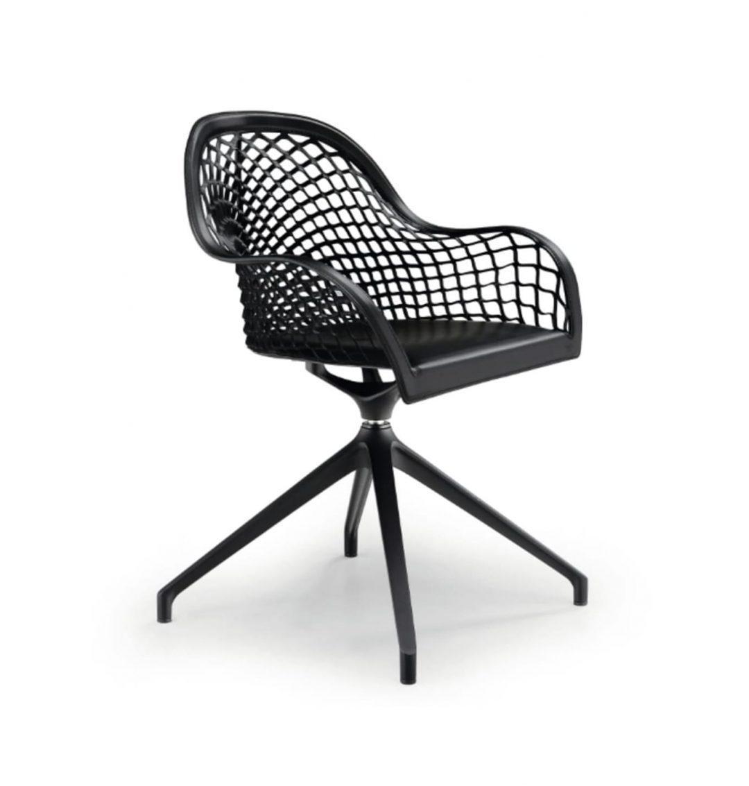 sillón de cuero negro giratorio