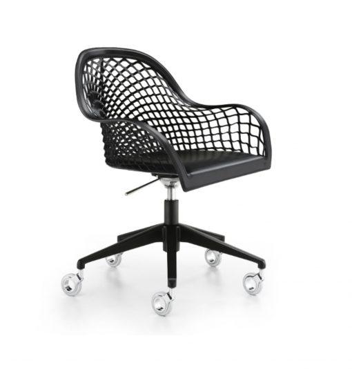 sillón respaldo medio de cuero negro con ruedas