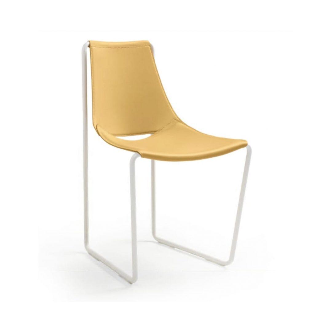 silla de cuero amarillo y estructura de varilla blanca