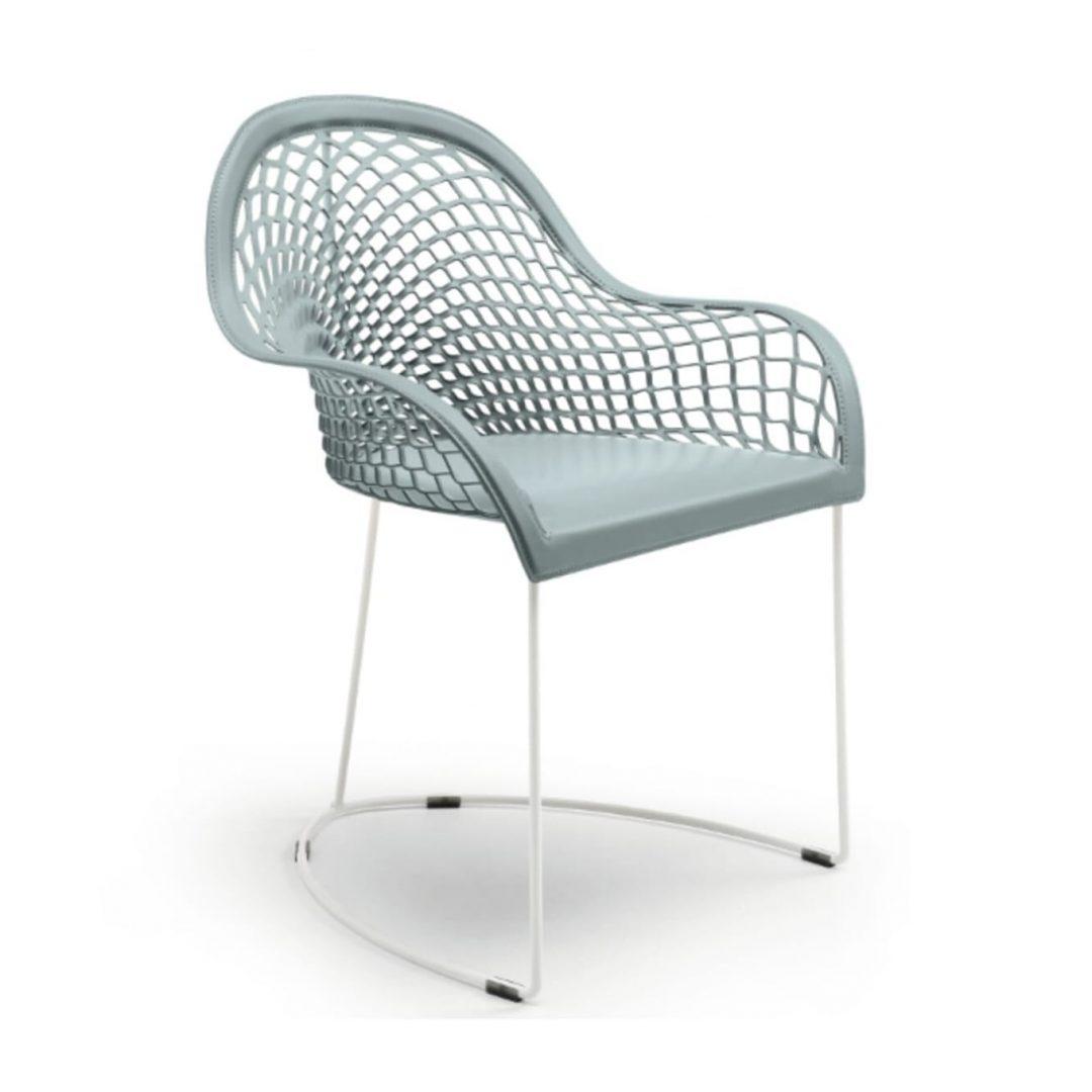 sillón gris de cuero con estructura de varilla blanca