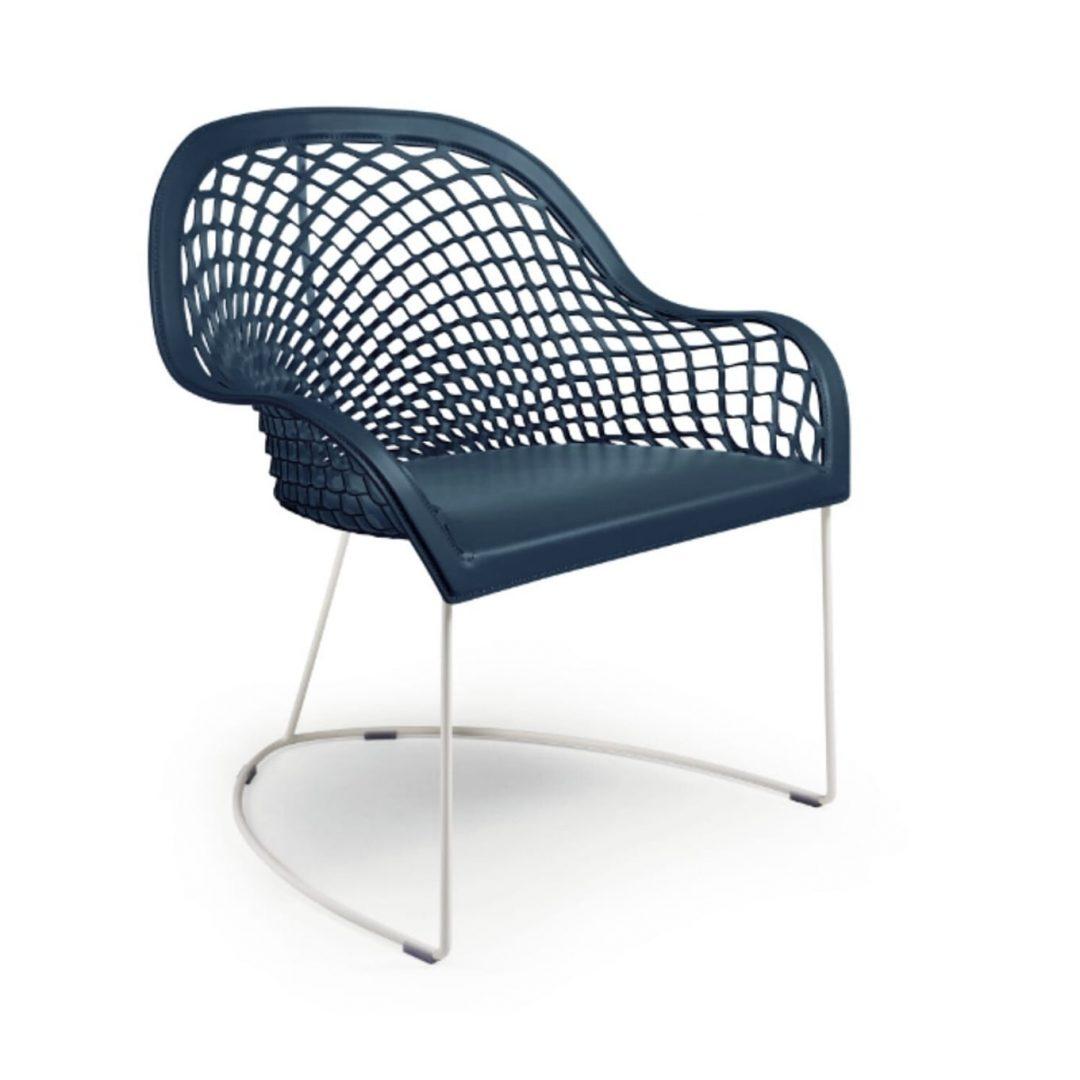 sillón cuero azul oscuro con base varilla blanca