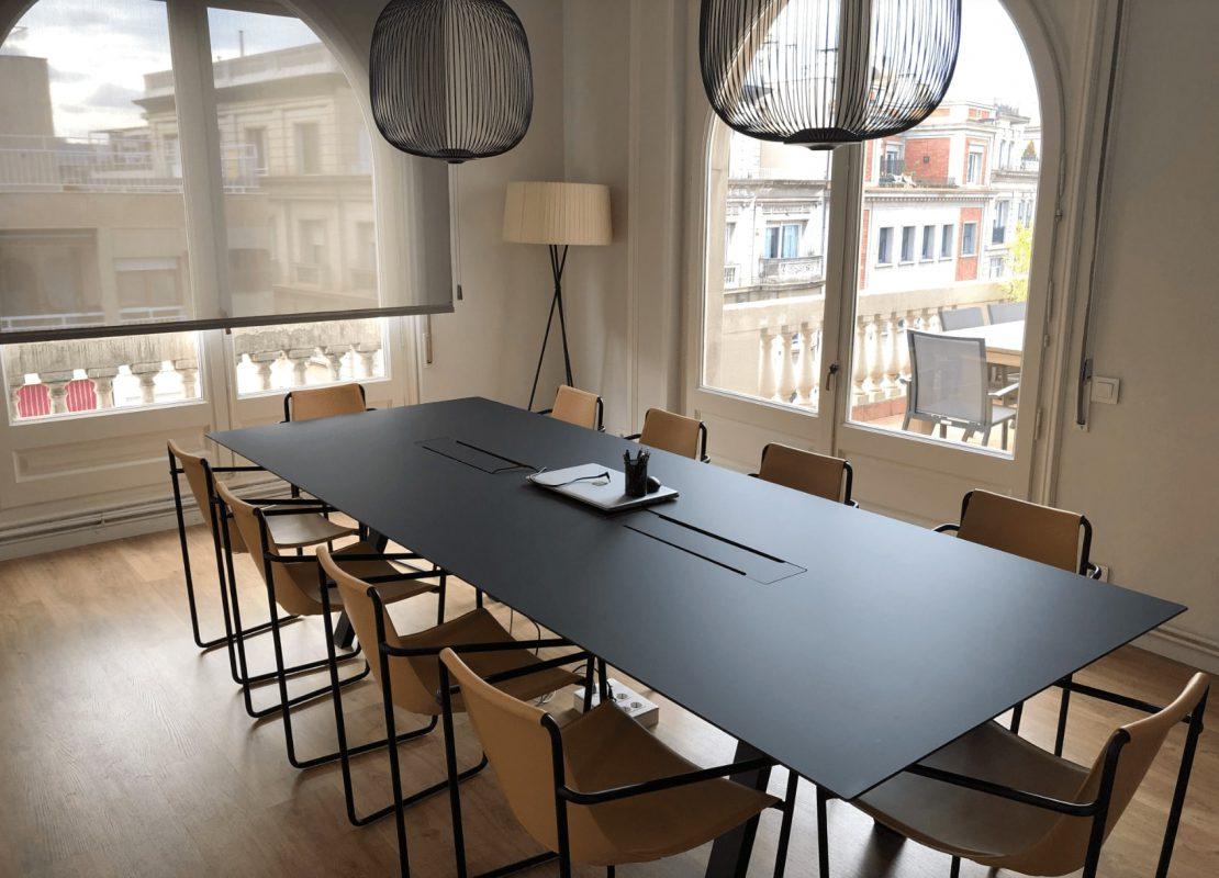 sillas cuero natural y acero negro