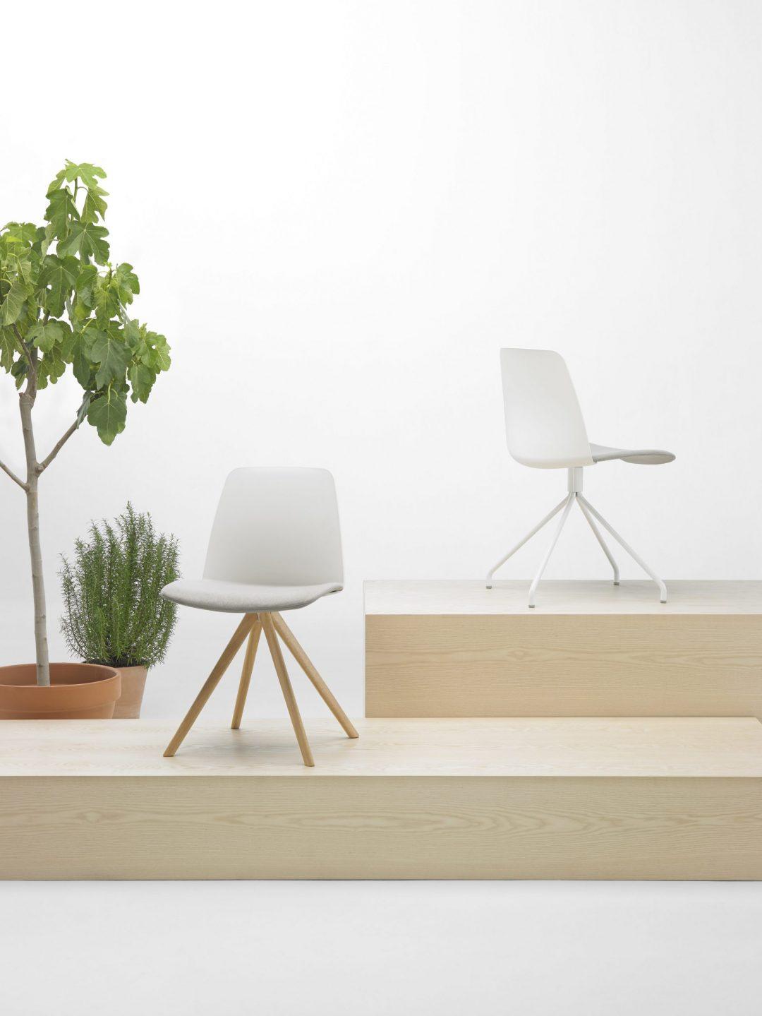 sillas con base de cuatro radios de madera