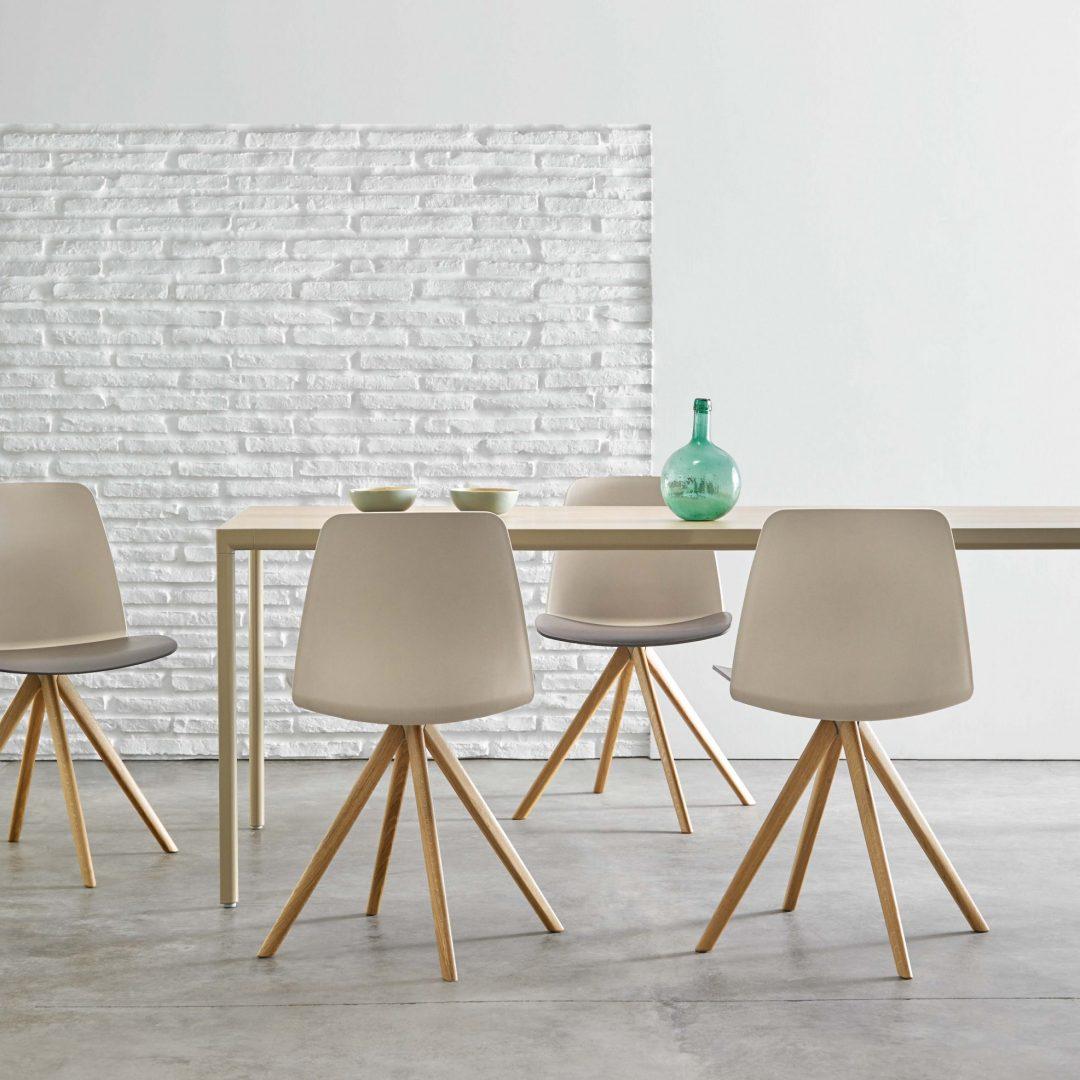 comedor con mesa y sillas giratorias con base de 4 radios madera